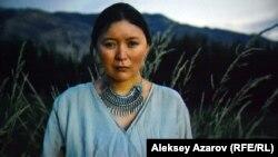 В роли матери Карасая, Кумис, снялась актриса Самал Еслямова. Стоп-кадр с киноэкрана.