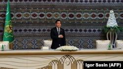 Президент Туркменистана Гурбангулы Бердымухамедов на заседании Совета старейшин. Ашгабат, 9 октября 2017 года.