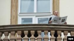 Hans-Dietrich Genscher pe balconul ambasadei germane de la Pragaîn 2014