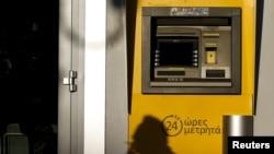 Банкамат філіялу Пірэус Банка ў Атэнах. За выключэньнем некалькіх буйных міжнародных філіяў, усе банкі ў Атэнах не працуюць.