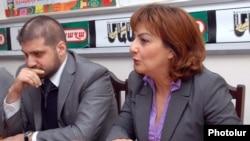 Редактор «Грапарак» Армине Оганян и редактор «Жаманак» Арман Бабаджанян на совместной пресс-конференции, Ереван, 7 апреля 2011 г.