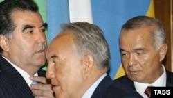 Президенты: Таджикистана - Эмомали Рахмон, Казахстана - Нурсултан Назарбаев и Узбекистана - Ислам Каримов. На саммите СНГ в Москве. 8 мая 2005 года.