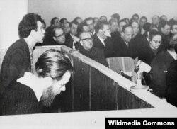 SSRİ - Andrei Sinyavsky (başını aşağı salıb) və Yuli Daniel məhkəmədə. Onlar sovet hökumətini ələ salan satirik əsərlərini xaricdə çap etdirmişdilər. Sinyavsky-yə sonradan mühacirət etmək imkanı yaradılıb.