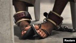 Гуантанамо түрмесінде отырған тұтқын. Куба, 27 сәуір 2010 жыл.