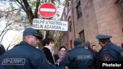 Ոստիկանները թույլ չեն տալիս «Դ!եմ եմ» շարժման մասնակիցներին մոտենալ Ֆինանսների նախարարության շենքին, 12-ը նոյեմբերի, 2014թ․