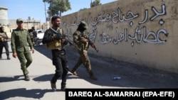 اعضای گروه شیعه حشدالشعبی در حال گشتزنی در اطراف کرکوک.