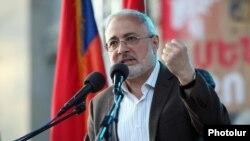 Член Бюро АРФД Ваан Ованнесян на митинге обращается с призывом к ереванцам, 2 мая 2012 г.