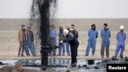 عمال في حقل نفطي بالبصرة