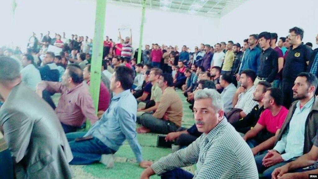 حضور اعتراضی کارگران نیشکر هفت تپه در نماز جمعه شوش