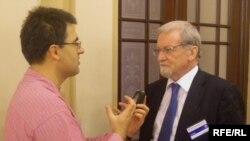 Garet Evans prilikom intervjua sa novinarom RSE Draganom Štavljaninom