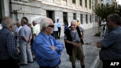 Пэнсіянэры ў Афінах чакаюць выдачы пэнсіяў каля Нацыянальнага банку Грэцыі