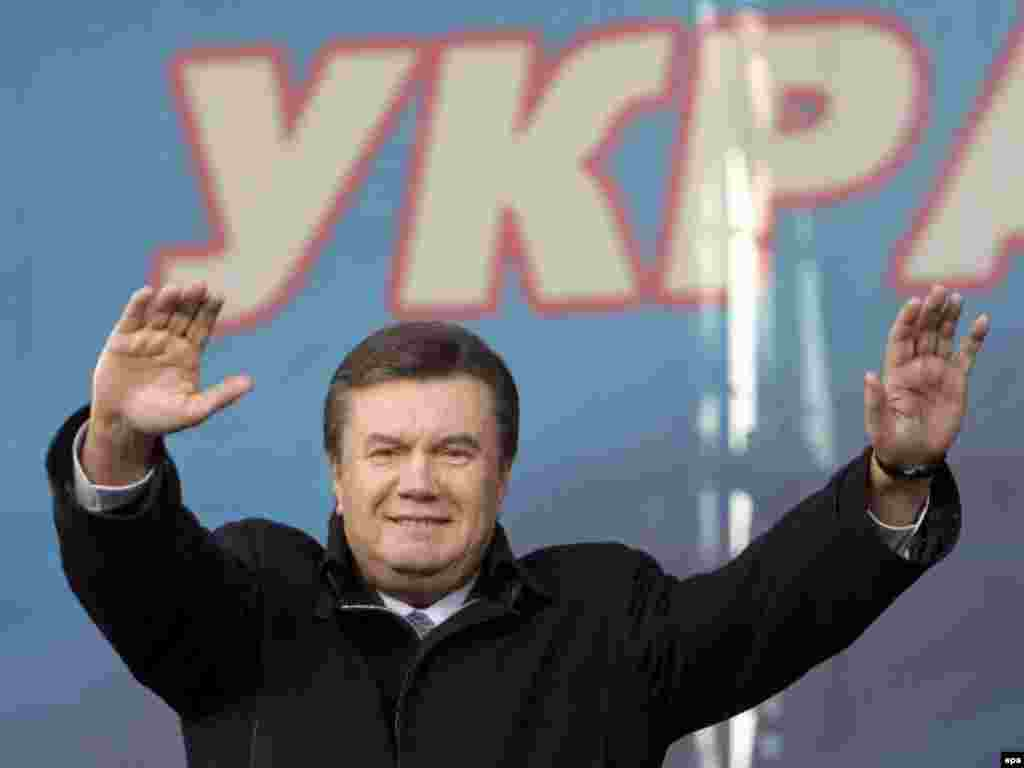 ويکتور يانوکويچ، نخست وزير و رهبر ائتلاف مخالفان دولت. او رهبری تظاهرات عليه تصميم رييس جمهوری برای برگزاری انتخابات زودرس را در دست دارد