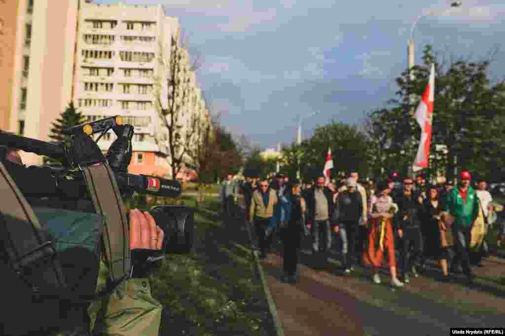 Удзельнікаў шэсьця на вуліцыСурганаваздымалі супрацоўнікі «Белтэлерадыёкампаніі».Агулам падчас акцыі працавалі каля 20 журналістаў.
