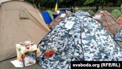 Палатки перед зданием правительства Молдовы. Кишинев, 10 сентября 2015 года.