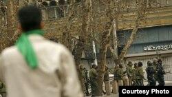عکس مربوط به عاشورای سال ۱۳۸۸ است که خیابانهای تهران صحنه درگیری شدید نیروهای امنیتی با هواداران جنبش سبز بود