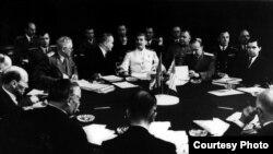 Перекройка мира на живую нитку. Иосиф Сталин (в белом кителе) на Потсдамской конференции