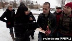 Белорускиот опозициски активист Васил Парфијанков пуштен од затвор.