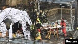 Спасувачи ги евакуираат повредените од нападот во Лиеж.