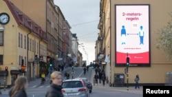 Շվեդիա - Սոցիալական հեռավորություն պահպանելու կարևորությունը շեշտող գովազդային վահանակ Ստոկհոլմում, ապրիլ, 2020թ.