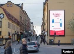 Стокгольм, 29 апреля, биллборд, призывающий людей соблюдать дистанцию друг от друга
