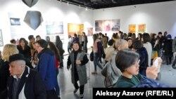 Гости вернисажа «8½». Открытия выставок в Esentai Gallery почти всегда многолюдны. Алматы, 7 марта 2020 года.