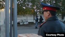 Павлодар түрмесінің алдында тұрған ішкі әскер деп сипатталған адамдар. 15 қыркүйек 2014 жыл. Суретті тұтқындардың туысы жіберді.