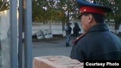 Полицейский и сотрудник спецназа у здания тюрьмы в Павлодаре. Иллюстративное фото.