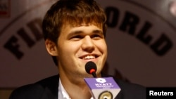 Норвежец Магнус Карлсен на пресс-конференции по случаю победы в противостоянии за титул чемпиона мира по шахматам. Ченнаи, 22 ноября 2013 года.