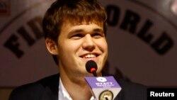 Magnus Carlsen. 2013-cü ildə ilk dəfə dünya çempionu olandan sonra mətbuat konfrasında