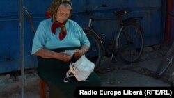 O femeie din Sculeni își numără banii din portofel