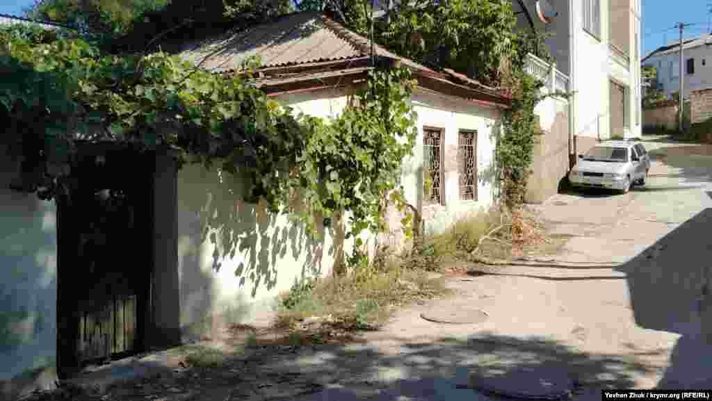 Старий будинок повитий виноградом