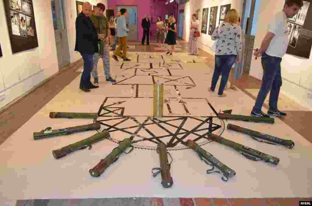 Работы выставлялись в фонде ИЗОЛЯЦИЯ (платформа современной культуры), который раньше находился в Донецке, но вынужден был переехать в Киев после того, как сепаратисты захватили выставочный центр и уничтожили большое количество работ.
