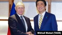 Владимир Путин и Синдзо Абэ во время встречи в Токио в 2016 году. Архивное фото