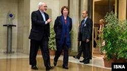 Javad Zarif (majtas) dhe Catherine Ashton duke arritur në bisedimet për programin atomik iranian në Gjenevë