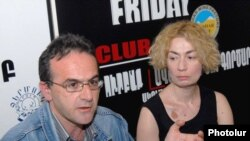 Արթուր Սաքունցը եւ Ամալյա Կոստանյանը հանդիպում են լրագրողների հետ, Երեւան, 1-ը հունիսի, 2009 թ.