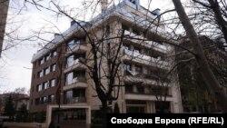 În această clădire se află apartamentul lui Țvetan Țvetanov, fost ministru de Interne al Bulgariei.