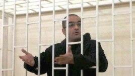 Азәрбайҗанда журналист Әйнулла Фатуллаев рөхсәтсез наркотик ташуда гаепләнеп 2010 елда 2 ел 6 ай төрмәгә хөкем ителде