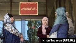 Родичі фігурантів Бахчисарайської «справи Хізб ут-Тахрір під будівлею суду, Крим, 15 травня 2018 рік