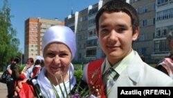 Булат Газизов татар теле һәм әдәбияты укытучысы Фатыйма Абзалова белән