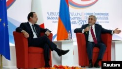 Armenia -- President Serzh Sarkisian (R) and his French counterpart Francois Hollande take part in the Armenian-French economic forum in Yerevan, May 12, 2014