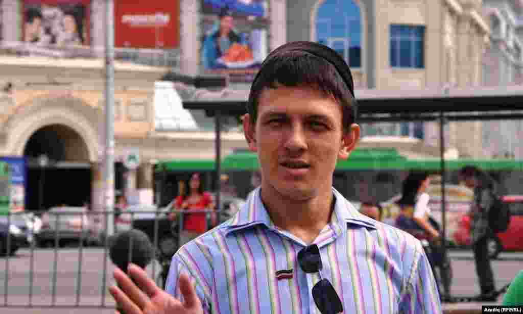 Татар милли хәрәкәте активистлары, аерым алганда Азатлык берлеге җитәкчесе Наил Нәбиуллин Pussy Riotны якларга чыккан булса, урыс милләтчеләре әлеге чарага каршылык белдерде.