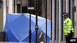 Жители английской столицы привыкли к подобным сценам. Обезвреженный автомобиль (под защитной пленкой) ожидает эвакуации в криминалистическую лабораторию