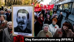 Russians on both the far left and the far right of the political spectrum regularly demonstrate holding Stalin's portraits. (file photo)