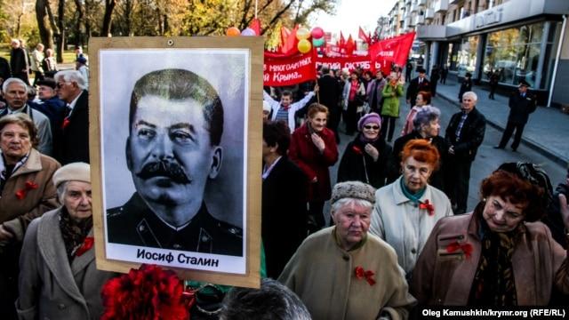 Ресейдегі түрлі саяси қозғалыстар жиындарына Сталин портретін жиі көтеріп шығатын болды.