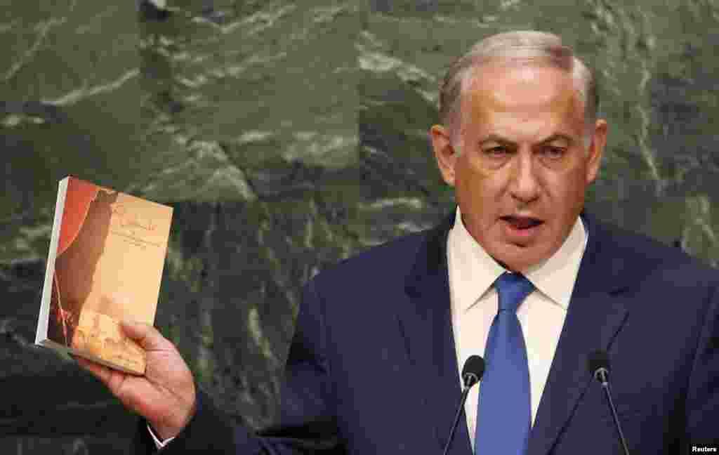 بنیامین نتانیاهو، کتابی در مورد فلسطین از آیتالله خامنهای، رهبر جمهوری اسلامی، به شرکتکنندگان نشان داد. او میگویدداعش و ایران دو دشمن صلح و ثبات منطقه خاورمیانه هستند.