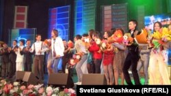 "Участники национального конкурса ""Жас канат - 2012"" на сцене дворца ""Жастар"". Астана, 20 мая 2012 года."
