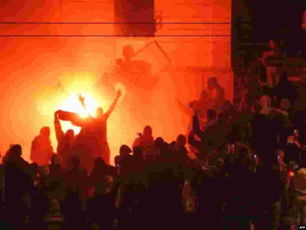 """Žestoke reakcije Srbije - Ubrzo nakon proglašenja nezavisnosti, Kosovo su priznale SAD i najjače evropske države. Uslijedile su žestoke reakcije iz Srbije. Miting pod nazivom """"Kosovo je Srbija"""", održan 21. veljače u centru Beograda prerastao je u velike nerede. Zapaljena je Ambasada SAD, a u požaru je jedan student poginuo. Veliki broj osoba je povrijeđen u sukobima sa policijom. Nakon toga, Ambasada SAD i nekoliko drugih država prekinule su konzularne poslove na određeni period, a srbijanske su vlasti povukle na neko vrijeme ambasadore iz država koje su priznale Kosovo."""