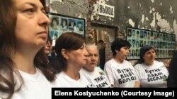 Матери погибших детей во время панихиды сняли куртки, под которыми были надеты футболки с надписью: «Путин – палач Беслана»