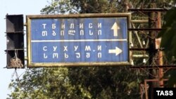 Мало кто в Абхазии сомневается, что гальцы, в основной своей массе малоимущие крестьяне, пытаются усидеть на двух стульях