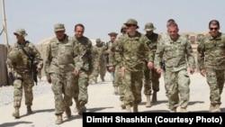 Димитри Шашкин (в центре) и посол Грузии в НАТО Гега Мгалоблишвили.(третий слева) с инспекцией грузинского контингента в Афганистане